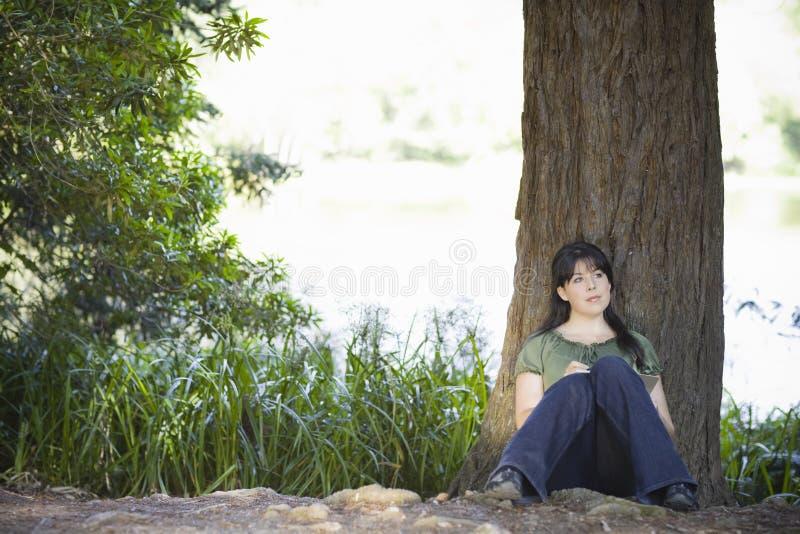 Jonge Vrouw die in Dagboek schrijft royalty-vrije stock fotografie