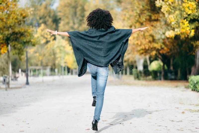 Jonge vrouw die in de herfst dansen openlucht royalty-vrije stock afbeeldingen
