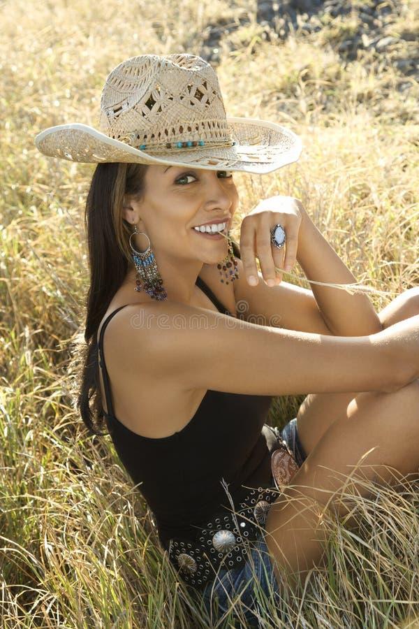 Jonge vrouw die de hoed van de strocowboy draagt. stock afbeeldingen