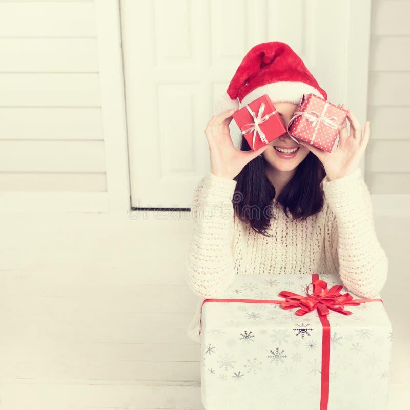 Jonge vrouw die de rode dozen van de Kerstmisgift houden stock afbeelding