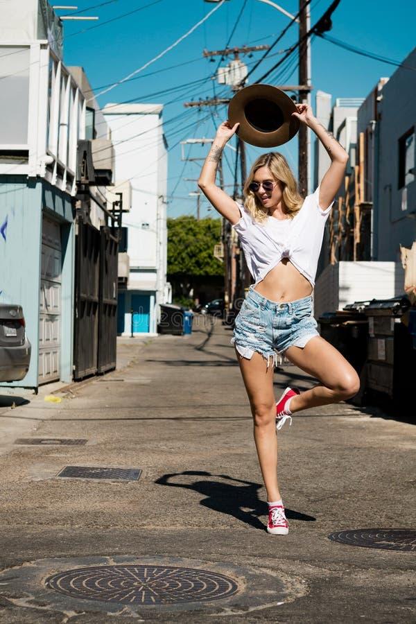 Jonge vrouw die in de straat dansen royalty-vrije stock fotografie