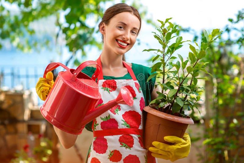 Jonge vrouw die in de tuin werkt royalty-vrije stock fotografie