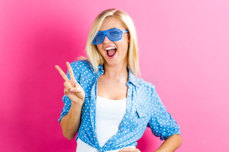 Jonge vrouw die de zonnebril van blindschaduwen dragen royalty-vrije stock afbeeldingen