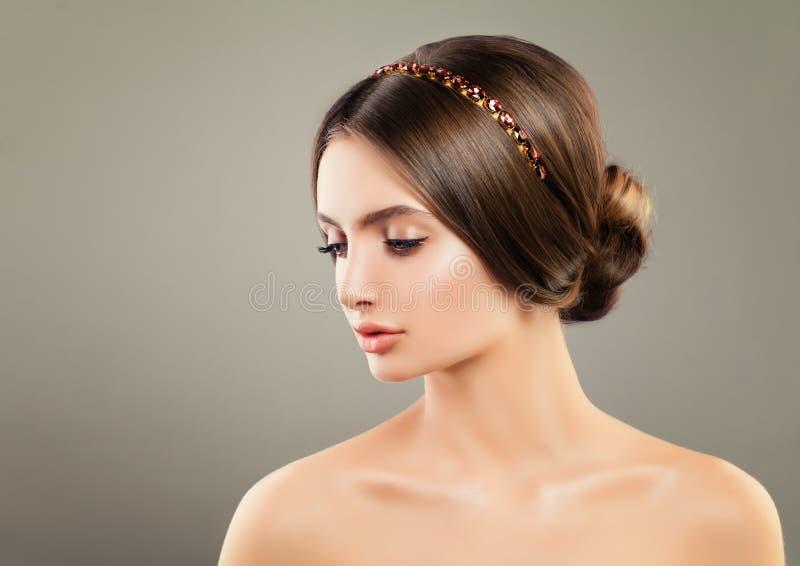 Jonge Vrouw die Diamond Hair Decor dragen royalty-vrije stock afbeeldingen