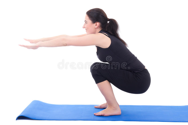 Jonge vrouw die die het hurken oefening doen op wit wordt geïsoleerd stock afbeeldingen