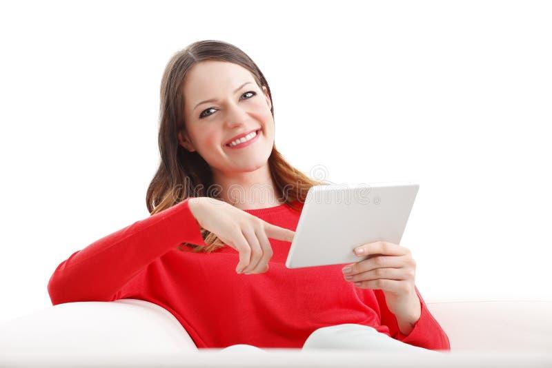Jonge vrouw die digitale tablet gebruikt stock fotografie