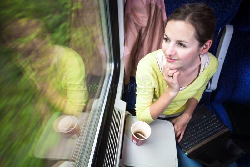 Jonge vrouw die door trein reizen stock afbeeldingen