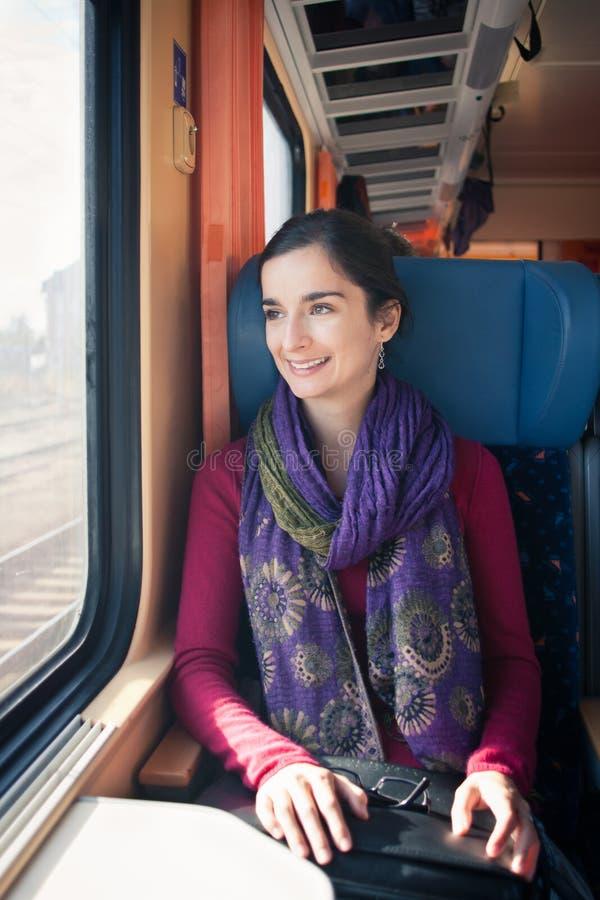 Jonge vrouw die door trein reizen royalty-vrije stock afbeelding