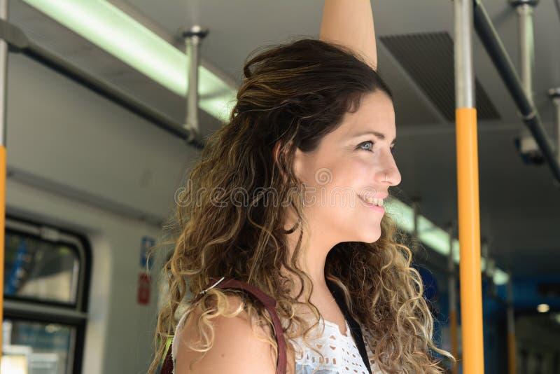 Jonge vrouw die door trein reizen Mensenlevensstijl stock afbeeldingen
