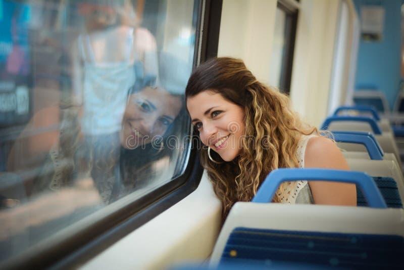 Jonge vrouw die door trein reizen stock fotografie