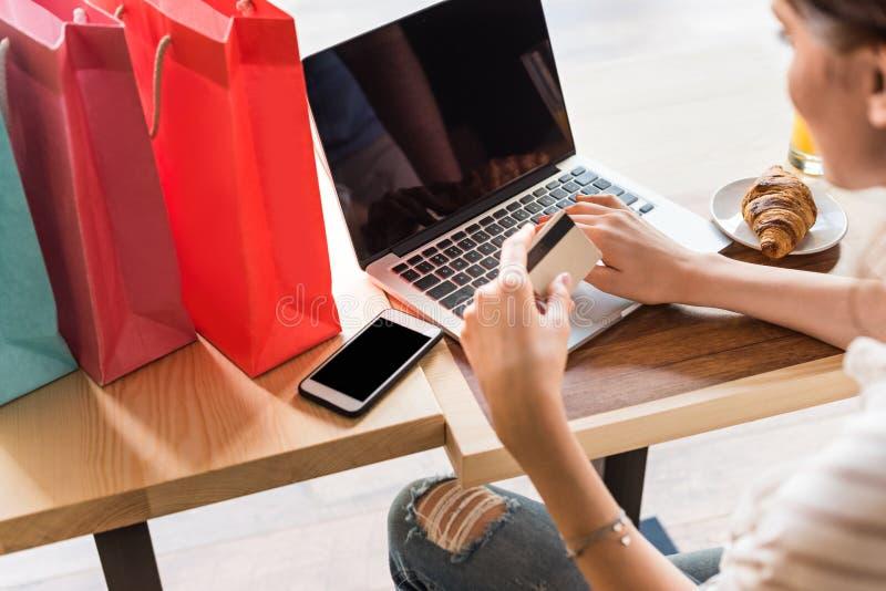 jonge vrouw die e-winkelt maken stock foto's