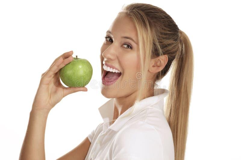 Jonge vrouw die een appel eet royalty-vrije stock fotografie
