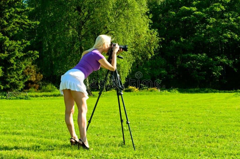 Jonge vrouw die een beeld maakt stock fotografie
