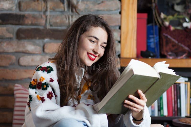Jonge vrouw die een boek leest royalty-vrije stock fotografie