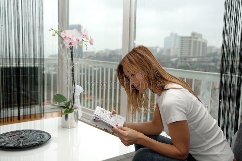 Jonge vrouw die een boek leest. royalty-vrije stock afbeelding