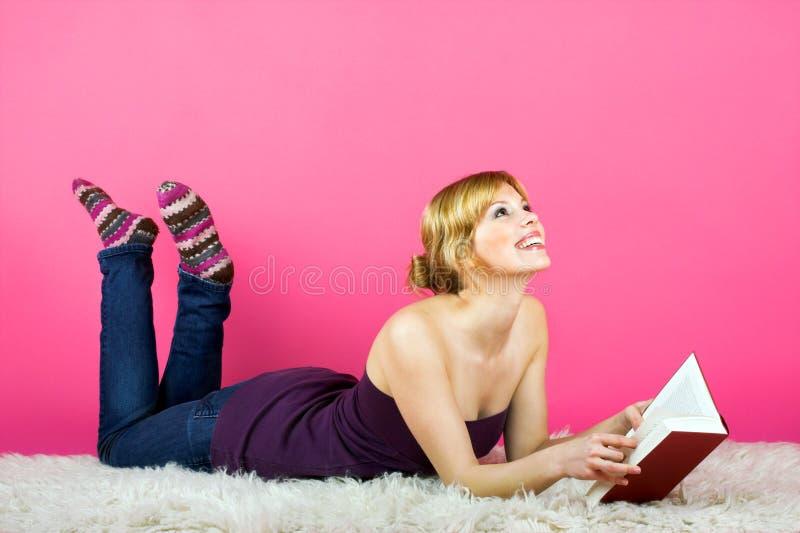 Jonge vrouw die een boek leest stock foto