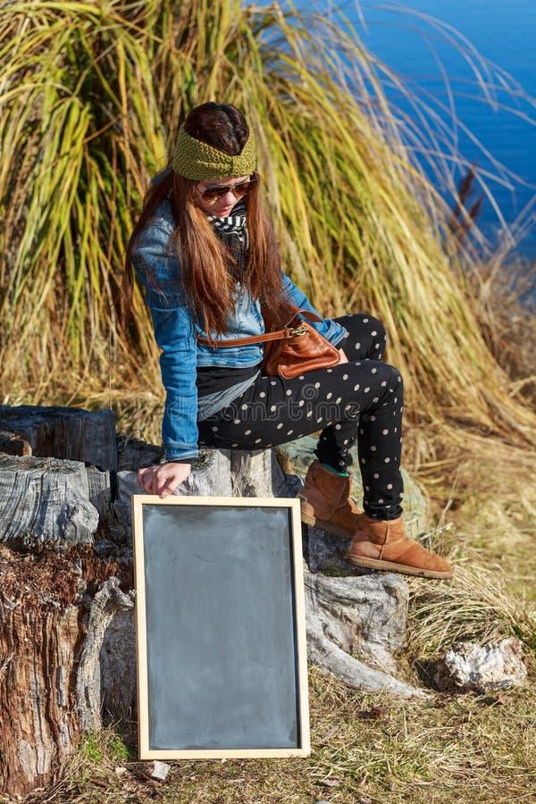 Jonge vrouw die een bord houden royalty-vrije stock foto