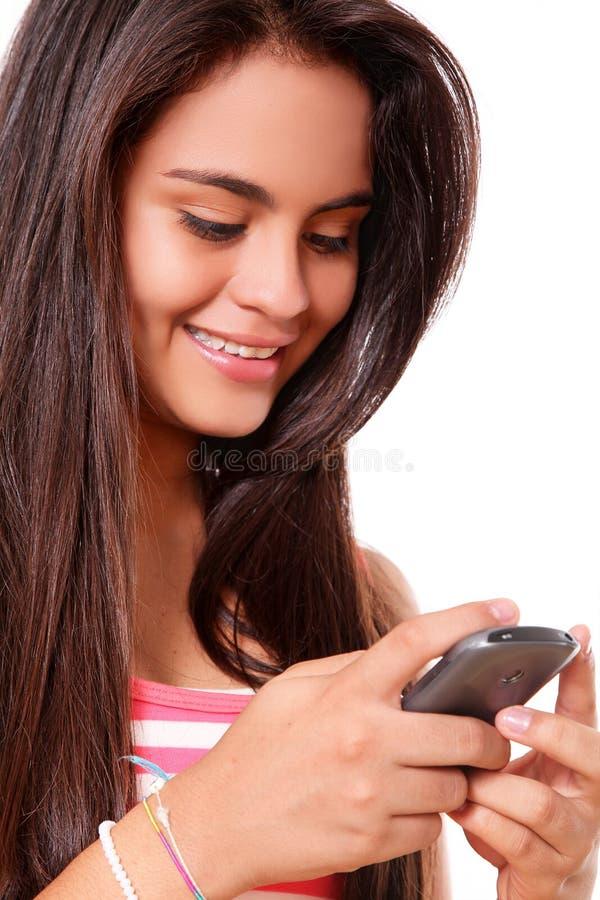 Jonge vrouw die een celtelefoon met behulp van stock afbeelding