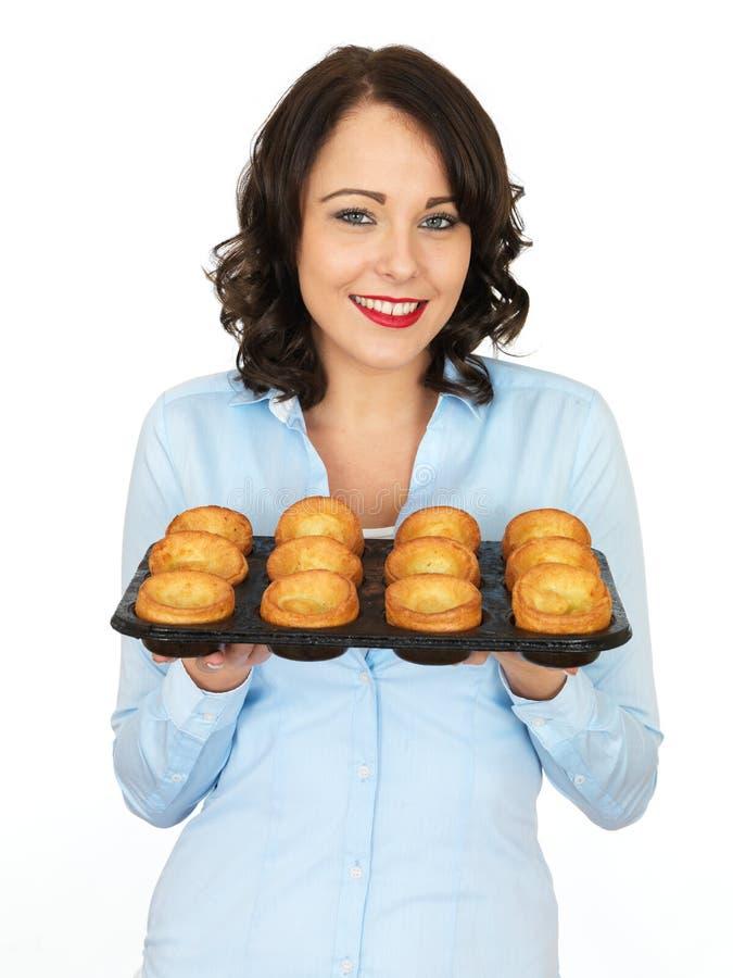 Jonge Vrouw die een Dienblad van Yorkshire puddingen houden royalty-vrije stock foto's
