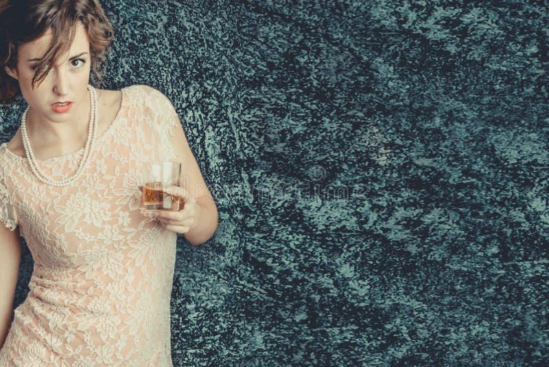 Jonge vrouw die een drank houden royalty-vrije stock foto's