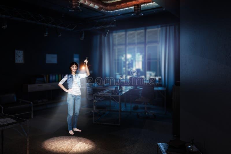Jonge vrouw die een flitslicht houden royalty-vrije stock foto's