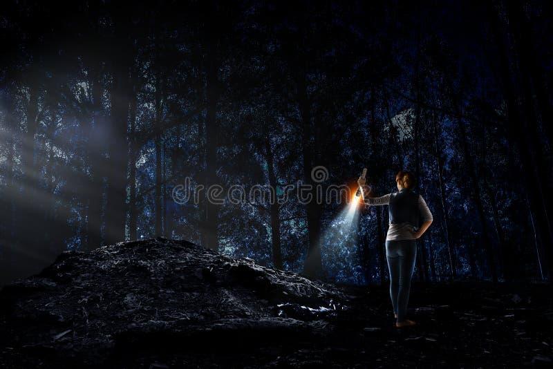 Jonge vrouw die een flitslicht houden royalty-vrije stock fotografie