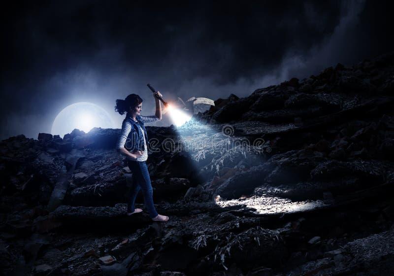 Jonge vrouw die een flitslicht houden stock foto's