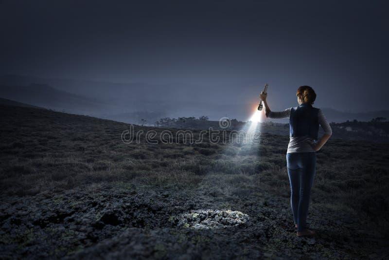 Jonge vrouw die een flitslicht houden royalty-vrije stock foto