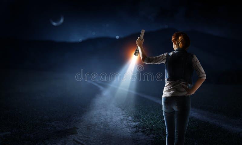 Jonge vrouw die een flitslicht houden stock fotografie