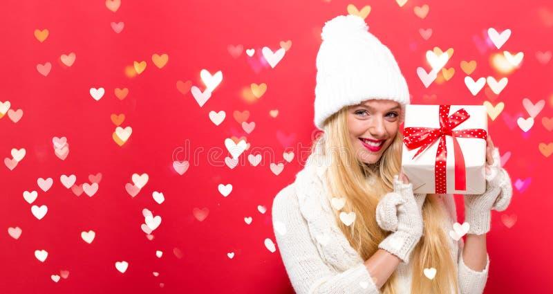 Download Jonge Vrouw Die Een Gift Houdt Stock Foto - Afbeelding bestaande uit heden, kleur: 107706632