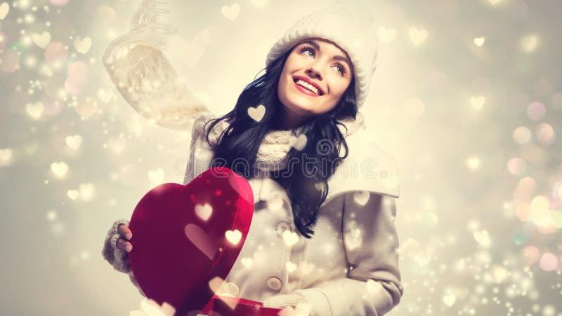Download Jonge Vrouw Die Een Grote Doos Van De Hartgift Houden Stock Foto - Afbeelding bestaande uit kaukasisch, gift: 107705068