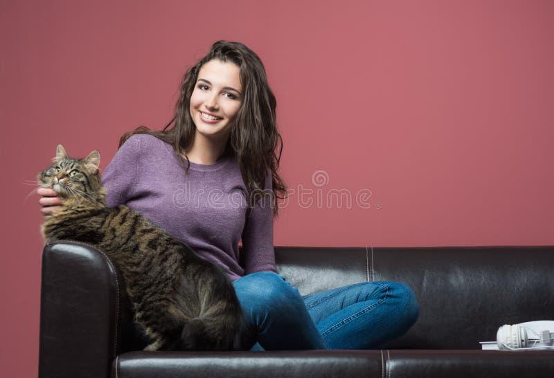 Jonge vrouw die een kat knuffelen royalty-vrije stock afbeeldingen