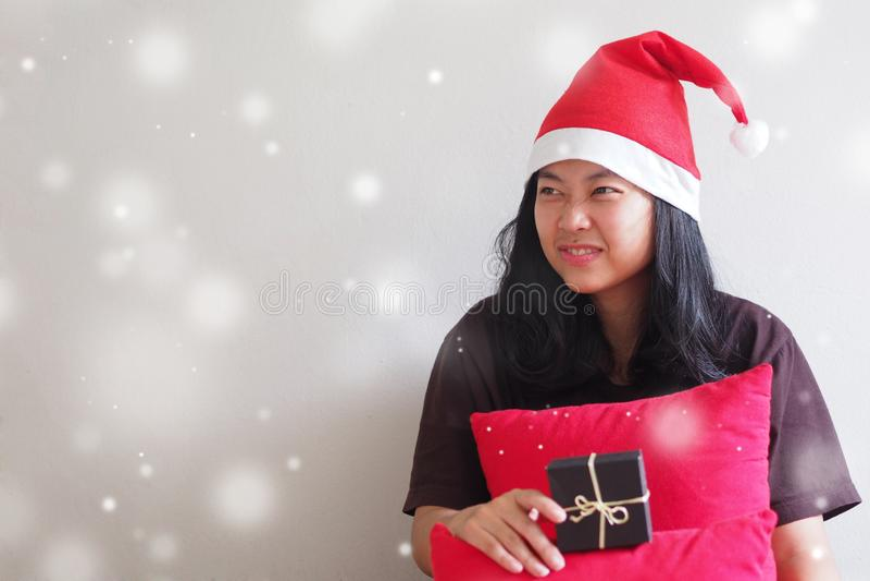 Jonge Vrouw die een Kerstman hoed en het zitten dragen royalty-vrije stock afbeelding