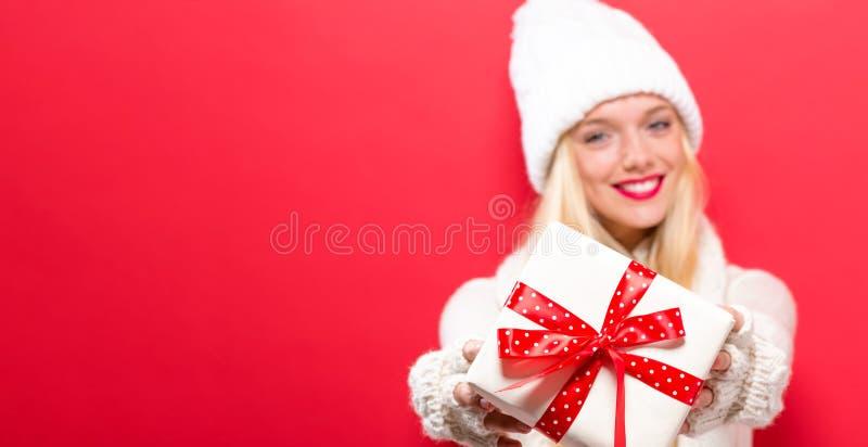 Jonge vrouw die een Kerstmisgift houden royalty-vrije stock fotografie
