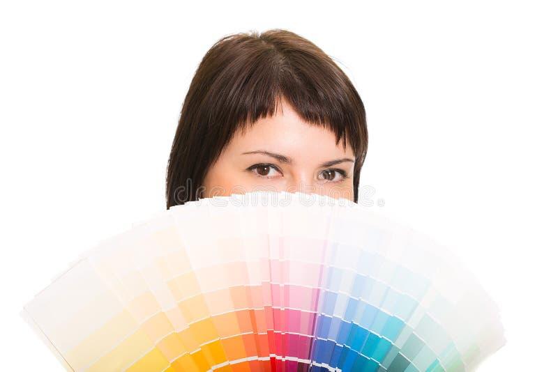 Jonge vrouw die een kleurenpalet houden. royalty-vrije stock foto's