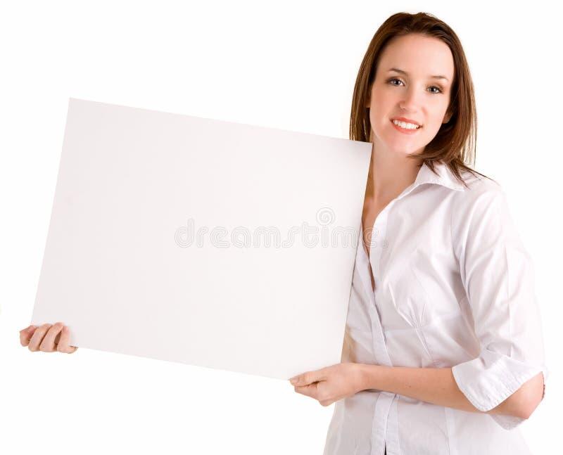 Jonge Vrouw die een Leeg Wit Teken houdt royalty-vrije stock afbeelding