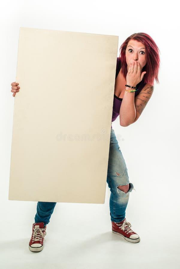 Jonge vrouw die een lege witte banner, UPS houden stock fotografie