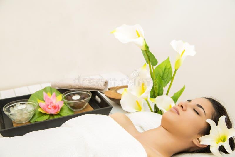 Jonge vrouw die een massage heeft stock afbeeldingen