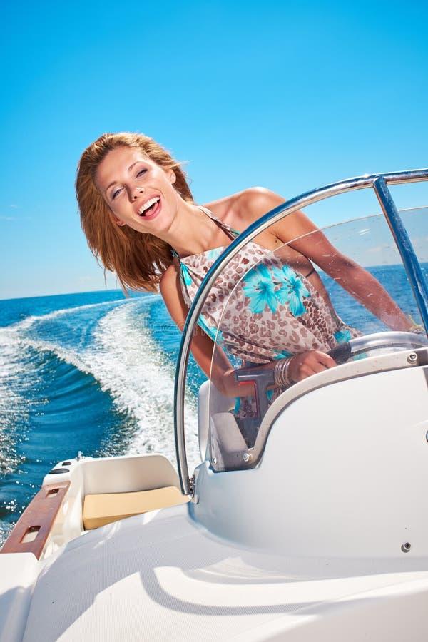 Jonge vrouw die een motorboot drijven royalty-vrije stock fotografie