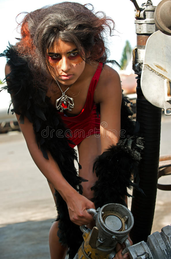 Jonge vrouw die een oliepijp verbindt royalty-vrije stock afbeeldingen