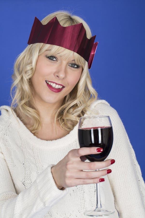 Jonge Vrouw die een Partijhoed dragen die Rode Wijn drinken royalty-vrije stock afbeeldingen