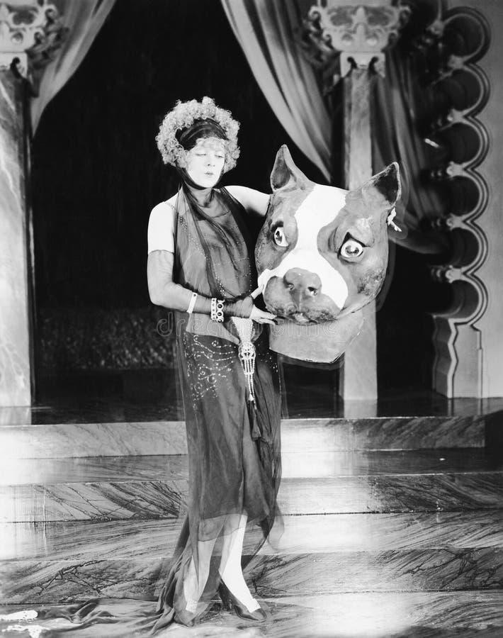 Jonge vrouw die een reuzehondenhoofd houden (Alle afgeschilderde personen leven niet langer en geen landgoed bestaat Leveranciers royalty-vrije stock afbeelding