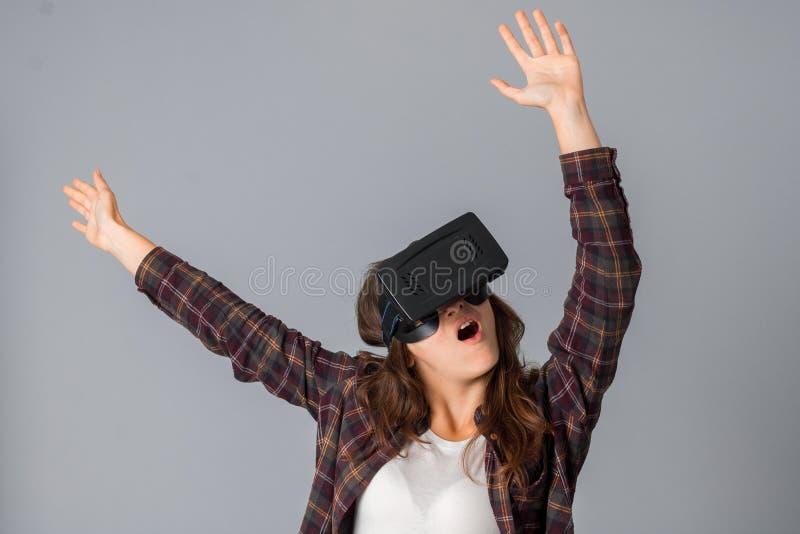 Jonge vrouw die een virtuele werkelijkheidshelm testen royalty-vrije stock fotografie