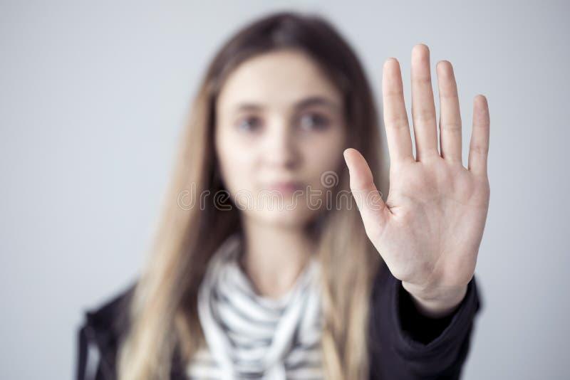 Jonge vrouw die eindegebaar open palmhand tonen stock foto