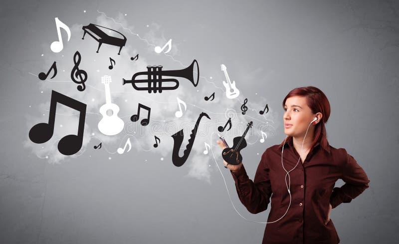 Jonge vrouw die en aan muziek zingen luisteren stock foto