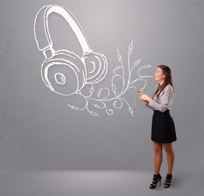 Download Jonge Vrouw Die En Aan Muziek Zingen Luisteren Stock Afbeelding - Afbeelding bestaande uit modern, vermaak: 39100419