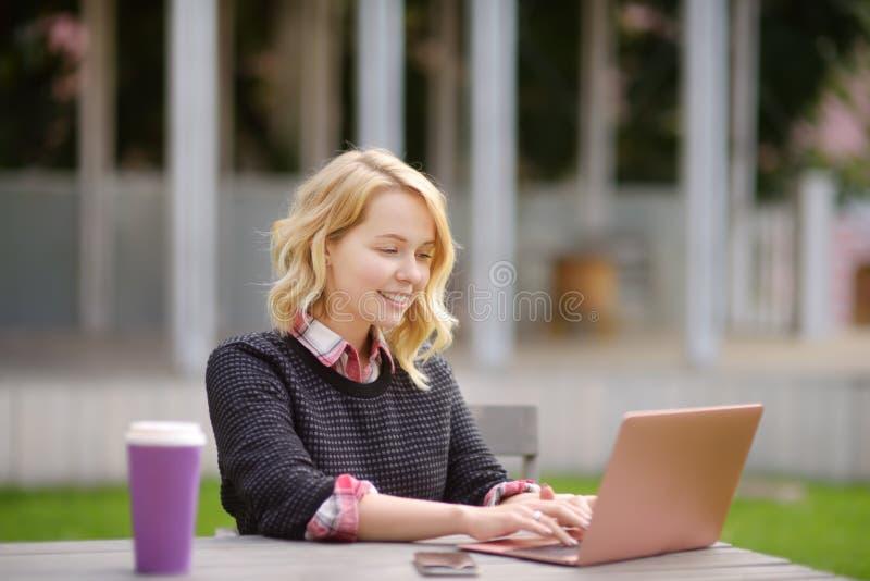 Jonge vrouw die/en van mooie dag bestuderen werken genieten stock foto's