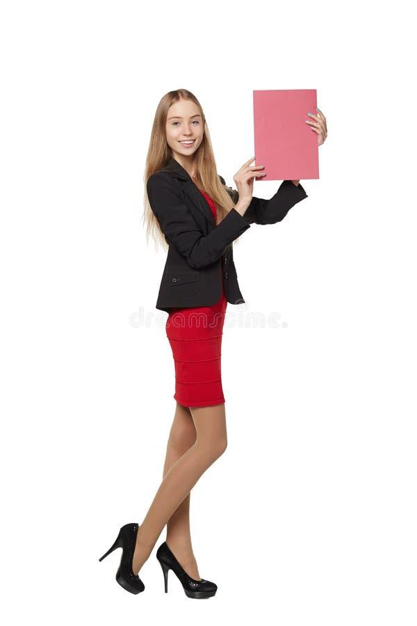 Jonge vrouw die erachter, de lege banner van de reclameraad houden, over stock afbeelding