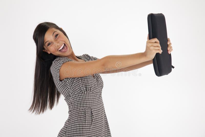Jonge Vrouw die Excitedly een Laptop Geval standhoudt stock afbeelding