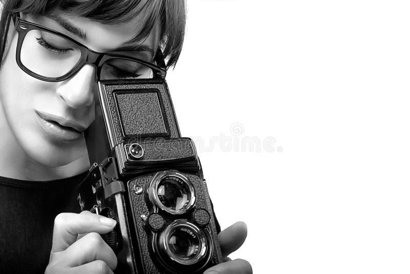 Jonge Vrouw die Foto vangen die Uitstekende Camera met behulp van Zwart-wit Por royalty-vrije stock fotografie